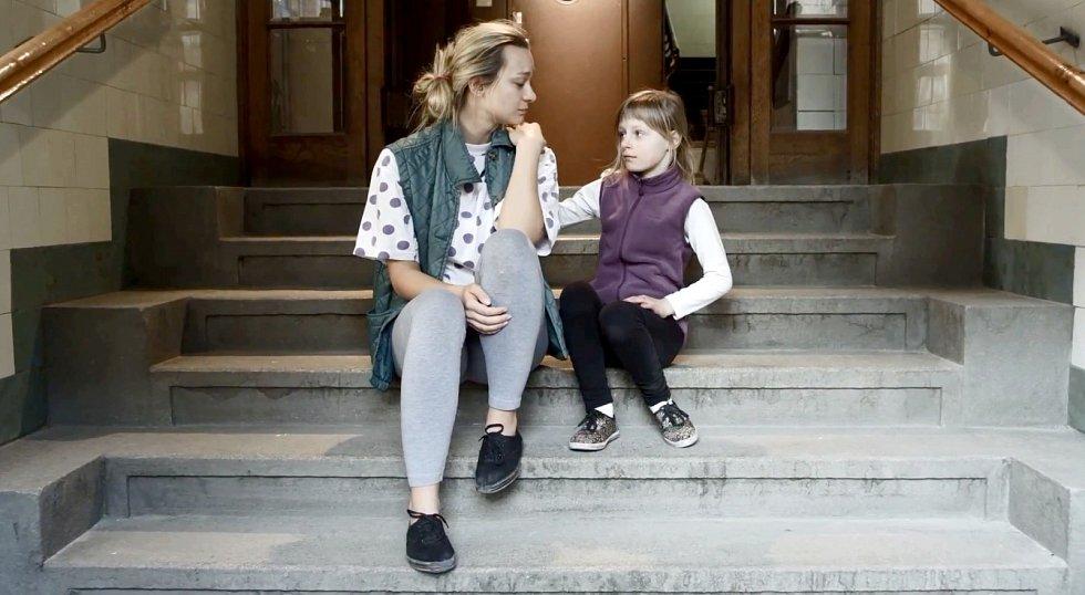 HERCI z Divadla F. X. Šaldy si zahráli ve videoklipu k nové písni rapera Lipa Město co spí.