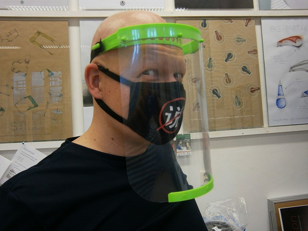 Na snímku Tomáš Rýdl, který se svými kolegy Tomášem Košťálem, Zuzanou Kynčlovou a Bohumilou Vackovou spojili své schopnosti a do výroby štítů na školní 3D tiskárně se pustili.