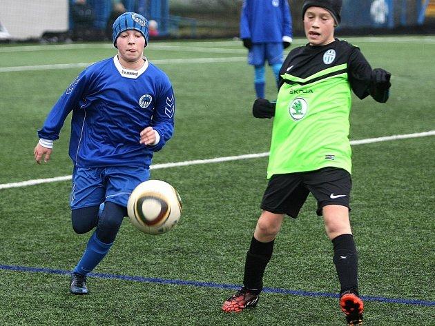MLADÍ FOTBALISTÉ SLOVANU Liberec sehráli přípravné zápasy na umělé trávě stadionu U Nisy.
