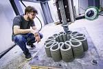 Oto Melter z Kloknerova ústavu ČVUT při zkoušce tisku z betonu.