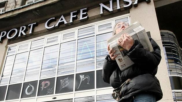 KAVÁRNA MÁ ZAVŘENO. Už týden je kavárna Nisa nedostupná. O jejím dalším osudu rozhodne současný majitel asi do čtrnácti dnů. Jestli se vrátí její slavná podoba se zatím neví.