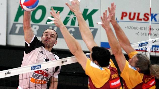 LIBERECKÝ DVOJBLOK Řezníček (vpravo) Piovarči brání příbramskému Čižkovi během pondělního utkání extraligy v hale Dukly.