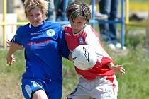STUDÁNECKÁ  KOTKOVÁ (vlevo) tlačí míč očima.