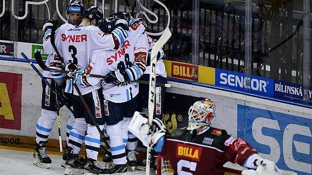 Liberečtí hokejisté se radují ze vstřeleného gólu v prvním semifinále play-off Tipsport extraligy na ledě O2 arény.