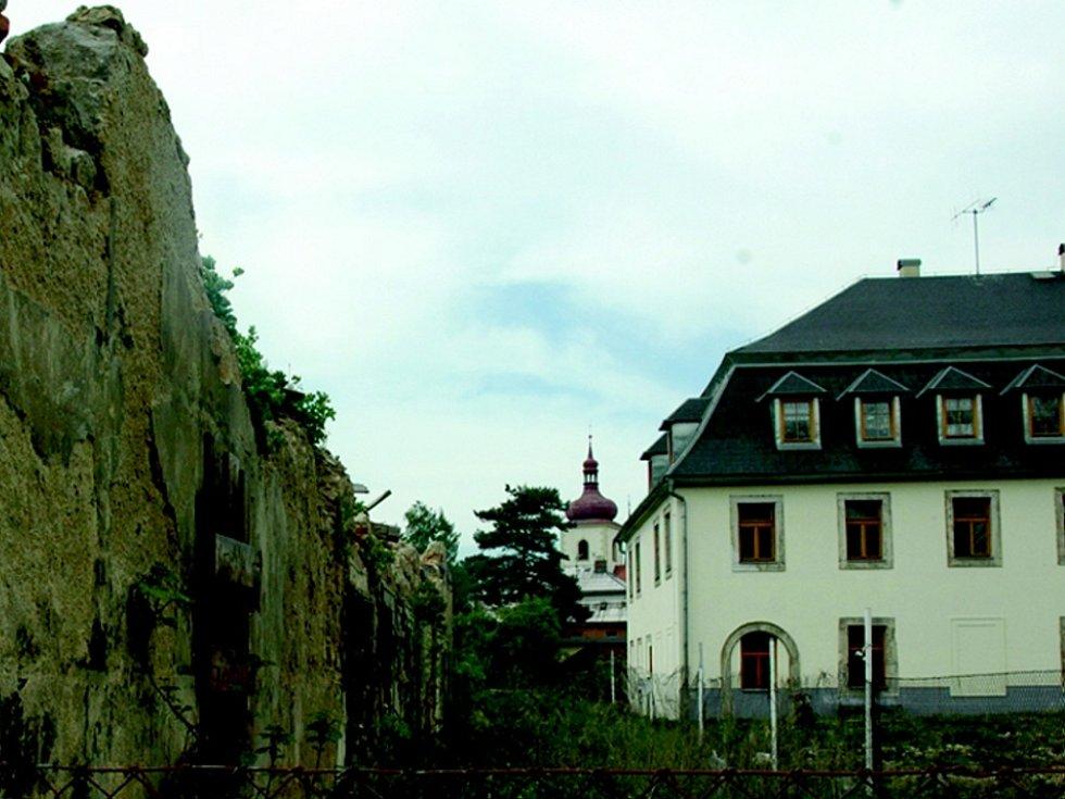 CHÁTRAJÍCÍ PAMÁTKA. Rozpadlá budova bývalého Azylu stojí v centru Hrádku nad Nisou. Město ji chce zrekonstruovat a přestavět na byty, podobně jako sousední budovu (na snímku vpravo).