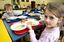 Možná město školám na obědy přidá.