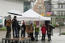 Demonstraci v Liberci doprovázelo deštivé počasí.