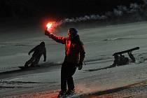 ZE SNĚHU MAJÍ RADOST HLAVNĚ VYZNAVAČI ZIMNÍCH SPORTŮ. Desítky z nich se v pátek vypravily na historicky první večerní lyžování ve zbrusu novém lyžařském areálu Obří sud na Javorníku nedaleko Jeřmanic. Vyzkoušeli skvělý prašan i  čtyřsedačkovou lanovku.