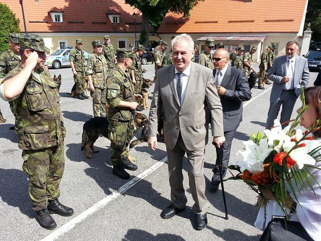 Prezident Zeman na návštěvě Veterinární základny Armády ČR Chotyně.