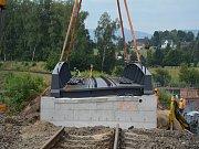 Na železniční trati z Liberce do Frýdlantu probíhá v červenci 2018 výluka, jedním z jejíž účelů je i výměna mostu v liberecké části Krásná Studánka. V úterý 17. července zde byl jeřábem dosazen most nový.