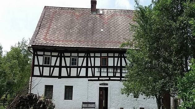 Dny lidové architektury. Dům z přelomu 18. a 19. století s expozicí lidového mobiliáře a zemědělským a řemeslnickým nářadím.