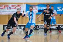 Filip Hanžl z Liberce (vlevo) bojuje o míček se soupeřem z České Lípy