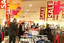 """SLEVY. Prodejci si mnou ruce. Slova jako """"sleva"""" nebo """"akční nabídka"""" visí snad na každém obchodě. Často však není sleva tak výhodná, jak se může zdát."""