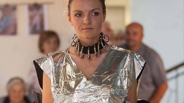 Výstava semestrálních prací studentů katedry designu, Sklo a šperk, byla zahájena 13. června módní přehlídkou v jablonecké Galerii N.