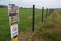 ZKRACOVAT CESTU přes liberecké letiště lidem nově znemožňuje vysoký plot.