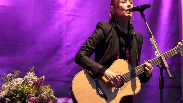 SUZANNE VEGA na koncertě na státním zámku Sychrov. Zpěvačka zde odehrála zhruba hodinu a půl dlouhý koncert ať už za doprovodu kytaristy, kapely nebo sama s akustickou kytarou. Zazněly i její dva největší hity Luka a Tom's Diner.