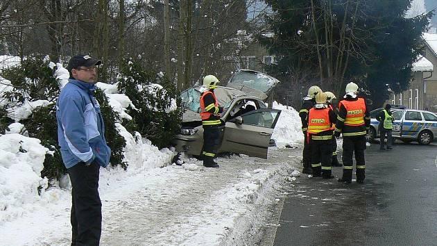 Kus ledu spadl na projíždějící auto