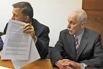 SOUD. V pozici obžalovaných jsou bývalý rektor Technické univerzity Vojtěch Konopa (vpravo) a spolumajitel firmy Investing CZ Josef Nadrchal. Vlevo je právník Vojtěcha Konopy.