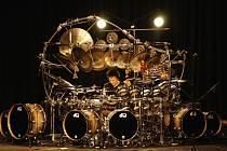 TERRY BOZZIO zahraje v Jablonci jediný koncert v České republice. Posluchači mají tedy jedinou možnost vidět tuhle ikonu.