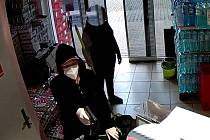Policisté pátrají po ženě, která v úterý v podvečer přepadla prodejnu potravin v Novém Městě pod Smrkem. Odnesla si peníze a stravenky.