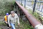 Přes most v Doubí se už chodit nesmí, demoliční firma jej oplotila. Lidé ale zákaz porušují.