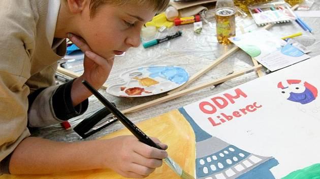 Výtvarná soutěž o nejhezčí a nejoriginálnější fandítko pro mladé sportovce Her IV. zimní olympiády dětí a mládeže České republiky má za sebou první finálové kolo.
