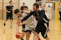 SOUBOJ O MÍČ. V bílém je Michal Hanus Michal (Lynx) a v černém Jan Zmeškal ( USK Slavia Liberec).