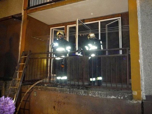 Kvůli požáru museli lidé uprostřed noci opustit byty.