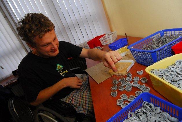 PRÁCE V CHRÁNĚNÉ DÍLNĚ. Vozíčkář Luboš Pavlíče si při práci také rád popovídá s lidmi, kteří mají podobné postižení.