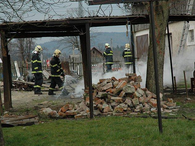 Hasiči uhasili dřevo bez přítomnosti majitelů