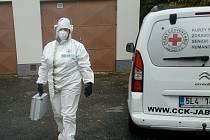 Ředitelka oblastního spolku Českého červeného kříže Kateřina Havlová přijíždí z testování na koronavirus.