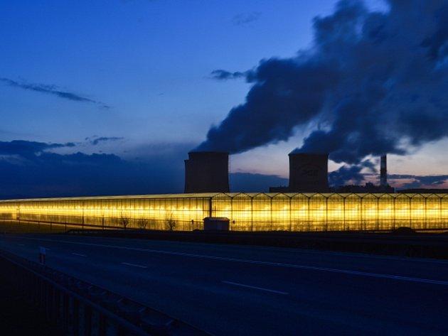 Obří skleníky na rajčata a okurky u polské elektrárny Turów na česko-polsko-německé hranici.