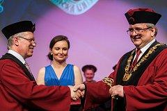 Slavnostní inaugurace Miroslava Brzeziny do funkce rektora Technické univerzity v Liberci se konala 18. dubna v univerzitní aule. Na snímku přebírá Miroslav Brzezina (vpravo) klíč od univerzity z rukou bývalého rektora Zdeňka Kůse.