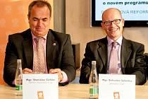 NA DEBATĚ NECHYBĚL PŘEDSEDA Bohuslav Sobotka. Vedle něj vlevo sedí hejtman Libereckého kraje Stanislav Eichler.