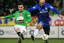 David Lafata z Jablonce v souboji s Janem Nezmarem ze Slovanu Liberec.
