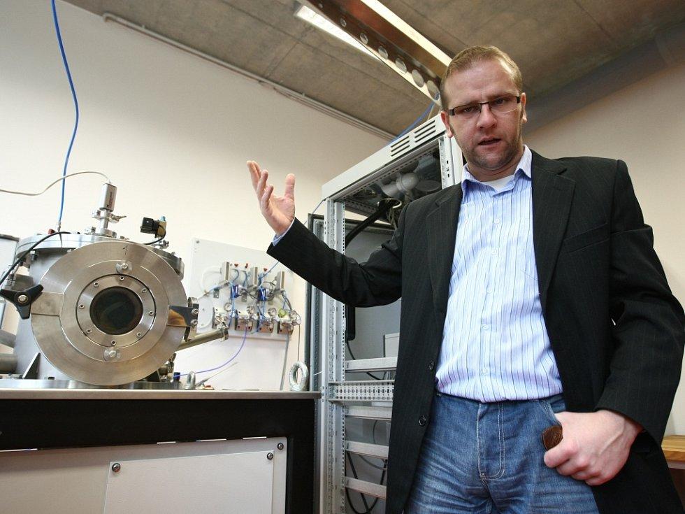 Vedoucí pracoviště profesor Petr Louda, totiž pomocí špičkového přístroje pracují na vývoji nových druhů povrchových vrstev. Ty se v praxi využijí jak v automobilovém průmyslu při zlepšení jízdních vlastností vozů, tak v medicíně.