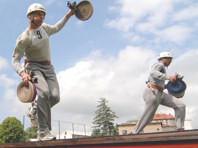 ZVÍTĚZILI SEMILŠTÍ. O absolutní vítězství svého týmu se zasloužil také profesionální hasič Jiří Hloušek (s číslem 3), který do závodu vložil vše, stejně jako jeho kolegové.