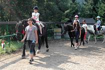 NA PŘÍMĚSTSKÝCH táborech čeká děti řada aktivit, například jízda na koni.