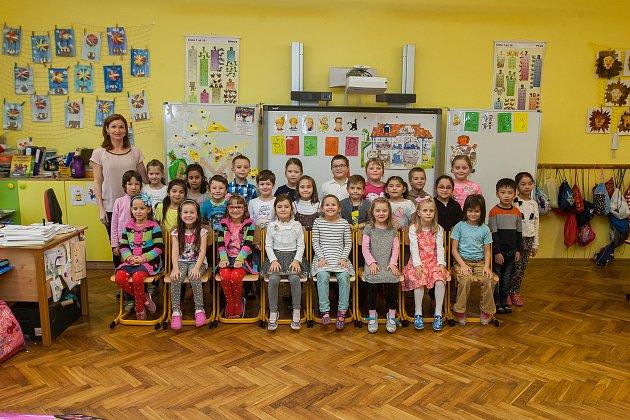 Prvňáci ze Základní školy Libere, ul. 5.května se fotili do projektu Naši prvňáci. Na snímku je snimi třídní učitelka Alena Kaštánková.