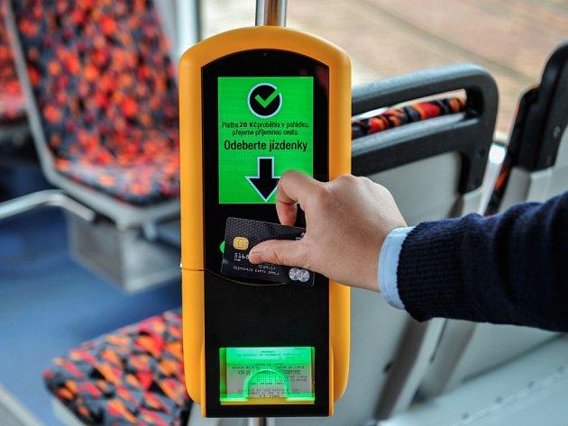 Cestující MHD v Liberci budou v tramvaji platit bezkontaktně.