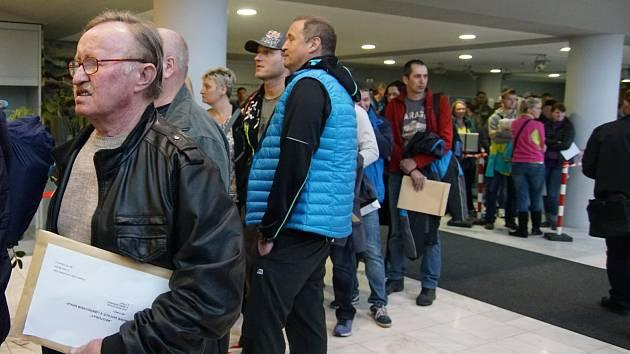 Dostane se na všechny? První zájemci o příspěvek na nový kotel se před krajským úřadem začali scházet v sobotu odpoledne. V druhé výzvě kraj rozdá jen 14 milionů, na koho se nedostane, může si počkat do podzimu, kdy začne další kolo.