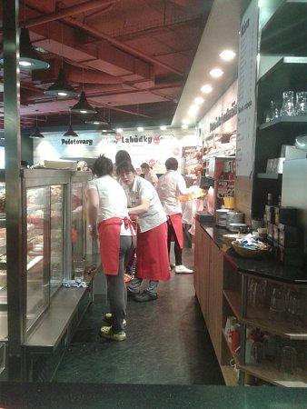 Nově otevřená pekárna vpřízemí Delty.