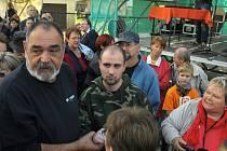 Muž, krátce potom, co střílel. Zadrželi jej lidé v davu.