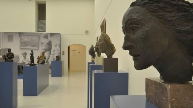OBLASTNÍ GALERIE navazuje na úspěšný projekt Mladí lvi v kleci a představuje jednu z nejlepších německy hovořících sochařek Československa meziválečného období působivou výstavou.