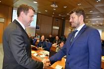 Hejtman Libereckého kraje Martin Půta (vlevo) gratuluje Janu Svitákovi ke zvolení