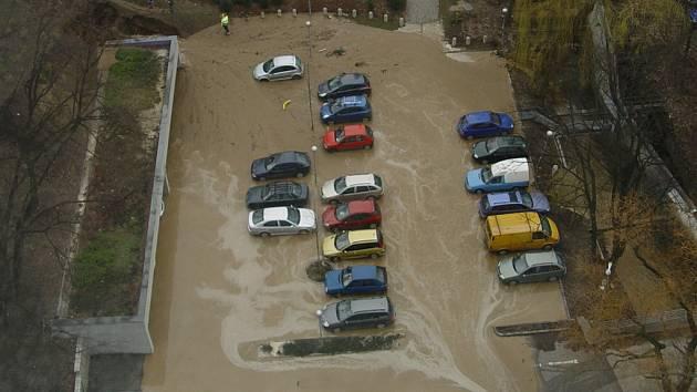 Ranní porucha na vodovodním řádu způsobila mimo jiné zaplavení parkoviště u budovy krajského úřadu.