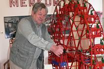 """VÝSTAVU uvedl merkurový nadšenec, stavitel a sběratel Jiří Mládek z Hamáček u Roudnice nad Labem. Podle něj se nemusíte bát dětem hračku pořídit. """" Merkur je totiž nezničitelný,"""" říká."""