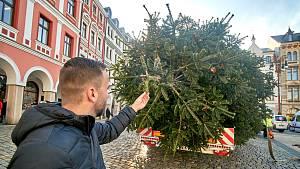 Instalace vánočního stromu na náměstí dr. Edvarda Beneše