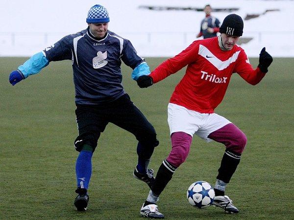 VESEC DĚTŘICHOV 1:2. Vlevo je domácí Brauner, vedle si kryje míč Vágner zDětřichova.