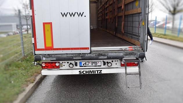 V nákladovém prostoru kamionu se skrýval cizinec.